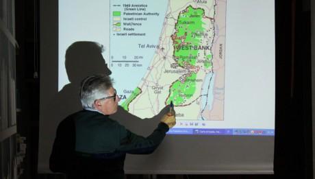 Marco Sini illustra la mappa dei territorii occupati